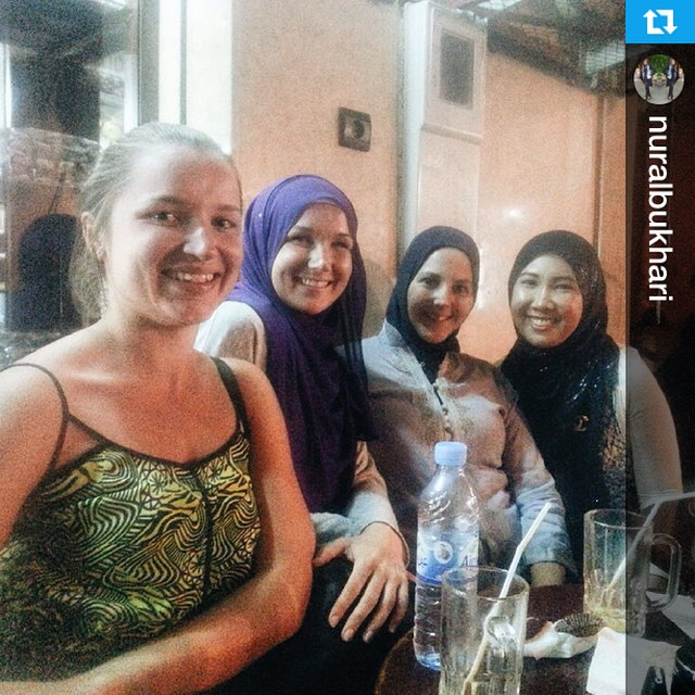 What did you do tonight? Here's a shot of the girls I spent the evening with! Thanks @nuralbukhari for the pic! --- Good food. Great company. Dinner with @eslimah, her Estonian friend, and @marocmama. It is a good start to the weekend.  #Marrakech #MarrakechFoodTour #Morocco
