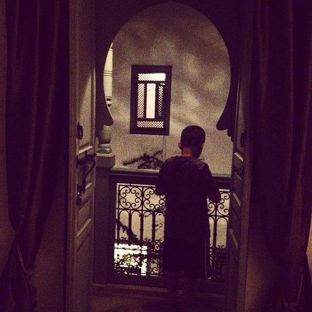 One more...the boy in the door...good night! @riadromman #travelwithkids #riads #marrakech