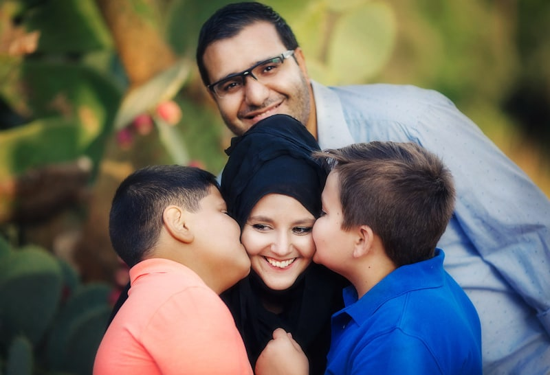 MarocMama boys kissing mom
